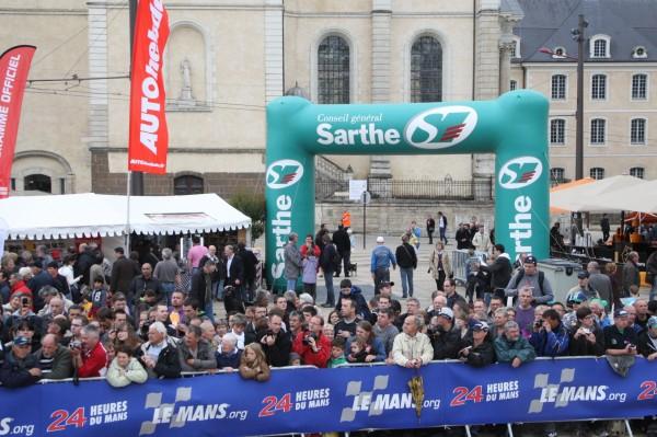 24 HEURES DU MANS 2012 Le pesage attire toujours un nombreux  Public - photo Thierry COULIBALY.