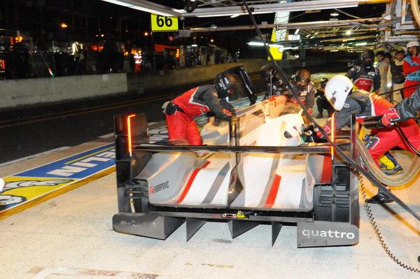 24-HEURES-DU-MANS-2013-Des-triples-et-même-quadruples-relais-pur-Audi-doù-de-rapides-ravitaillements-Photo-Patrick-Martinoli.