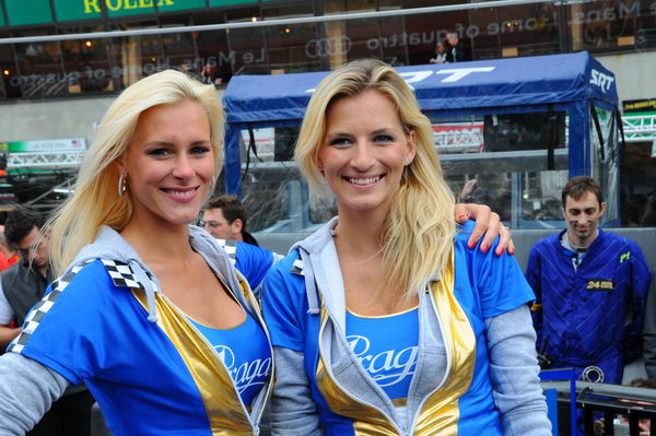 24-HEURES-DU-MANS-2013-GRID-GIRLS-PRAGE-Team-LOTUS-Photo-Patrick-MARTINOLI.