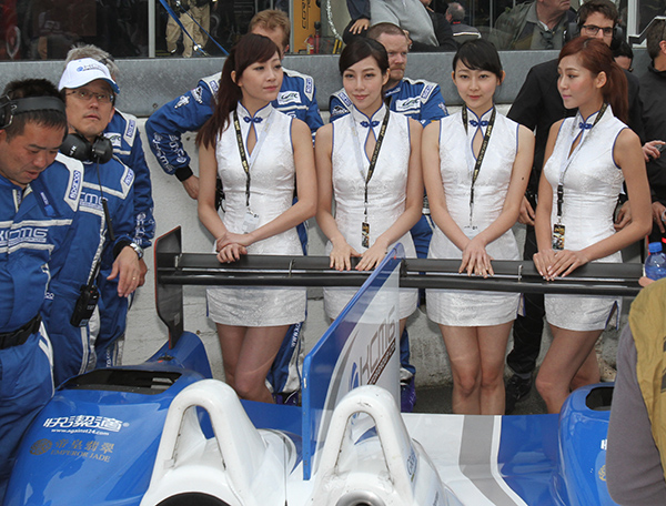 24 HEURES DU MANS 2013 - GRID GIRLS TEAM MORGAN CHINE KCMG - Photo Gilles VITRY autonewsinfo.