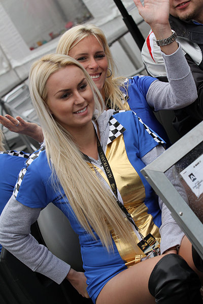 24-HEURES-DU-MANS-2013-GRID-GIRLS-du-TEAM-LOTUS-Photo-Gilles-VITRY-autonewsinfo