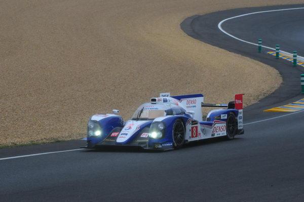 24-HEURES-DU-MANS-2013-La-Toyota-n°-8-a-tenté-le-pari-des-pneus-hybrides-avec-succès-Photo-Patrick-Martinoli