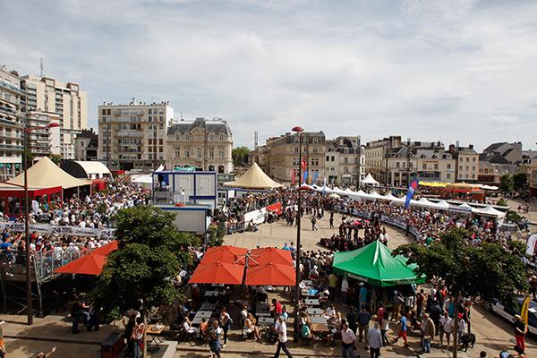 24-HEURES-DU-MANS-2013-PESAGE-devant-une-grande-foule-ce-dimanche-16-juin-photo-Gilles-VITRY-autonewsinfo