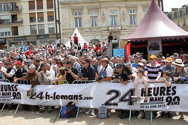 24-HEURES-DU-MANS-2013-PESAGE-le-public-malgre-la-fete-des-peres-avait-repondu-present-et-en-nombre-photo-Gilles-VITRY-autonewsinfo
