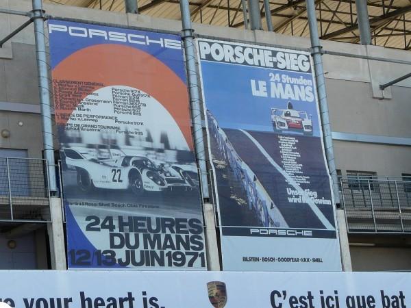 24-HEURES-DU-MANS-2013-PORSCHE-se-souvient-comme-le-rappellent-ces-panneaux-dans-le-paddock-du-MANS-Photo-autonewsinfo