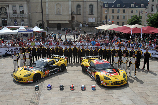 24 HEURES DU MANS 2013 - Pesage - Les deux CORVETTE du Team LARBRE Competition - Photo Gilles VITRY - autonewsinfo.com