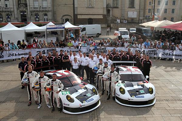 24-HEURES-DU-MANS-2013-Pesage-Les-deux-PORSCHE-911-GT-du-Team-PORSCHE-AG-usine-Manthey-photo-Gilles-VITRY-autonewsinfo