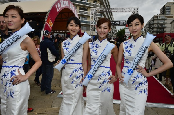 24 HEURES DU MANS 2013 Photo Max MALKA Les hotesses du Team CHINOIS KCMG Souvenir.