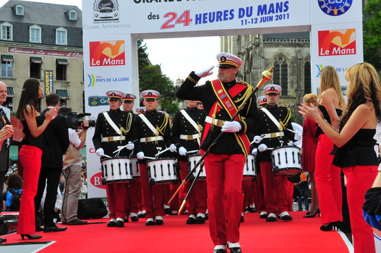 24-HEURES-DU-MANS-La-fanfare-a-la-PARADE