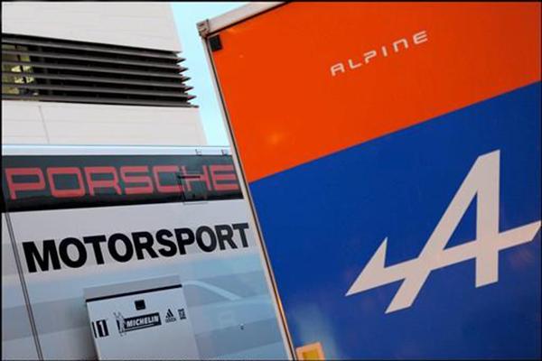 ALPINE-ET-PORSCHE-DE-nouveau-cote-a-cote-les-Camions-transporteurs-lors d'essais-lDans le-paddock-du-CIRCUIT-PAUL-RICARD-photo-Bernard-ASSET