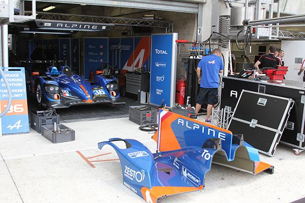 ALPINE-SIGNATECCH-24-H-du-MANS-2013-Installation-du-stand-le-vendredi-7-juin avant la journée des tests préliminaires -Photo-Gilles-VITRY pour autonewsinfo.com