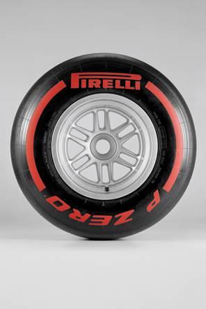F1-2013-CANADA-PIRELLI-Le-P-Zero-rouge-Supertendre-et-le-P-Zero-Blanc-Medium-ont-été-choisis-pour-le-GP-du-Canada-2013