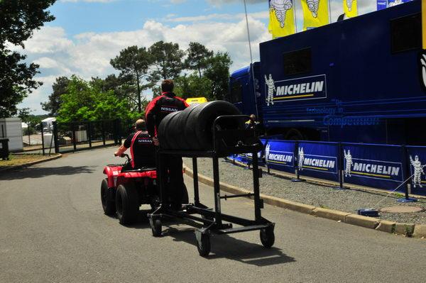Il-faut-bien-transporter-les-pneumatiques-entre-lespace-de-montage-et-les-stands-photo-Patrick-Martinoli.j