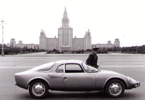 LIngénieur-aéronautique-Gagarine-semble-administrer-une-petite-visite-pré-vol-à-sa-Djet-garée-devant-lUniversité-de-Moscou.