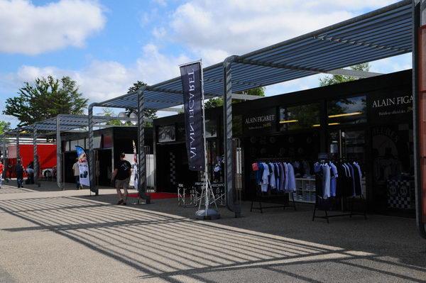 24 HEURES DU MANS 2013 -  Les-boutiques-des-concurrents-dans-le-village photo Jean Jacques MANCEL - photo BERLINETTE Mag pour autonewsinfo