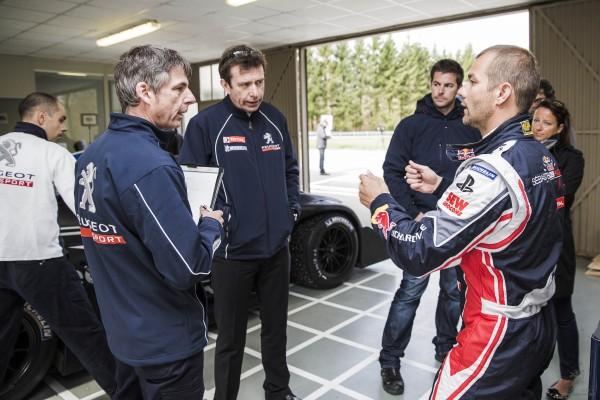 PIKES PEAK 2013 Test 208 T 16 LOEB debriefing avec les techniciens et Bruno FAMIN - Photo Peugeot Sport pour autonewsinfo