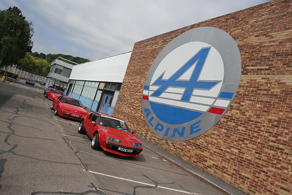 SAGA-ALPINE-2013-DIEPPE-Des-ALPINE-A-310-travbersent-cour-usine-ALPINE-Photo-Gilles-VITRY-autonewsinfo