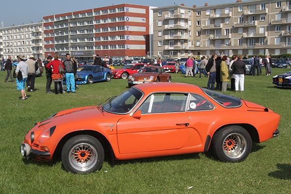 SAGA-ALPINE-2013-Devant-la-plage-des-Berlinettes-de-toutes-les-couleurs-Orange-Photo-Gilles-VITRY-autonewsinfo.