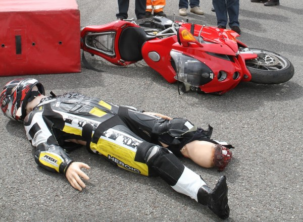 SPA-Simulation-dun-accident-de-moto-au-cours-duquel-le-pilote-a-eu-le-pied-arraché-©-Manfred-GIET