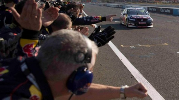 V8-SUPERCAR-2013-DARWIN-VICTOIRE-lors-de-la-3éme-manche-de-la-HOLDEN-de-Craig-LOWNDES