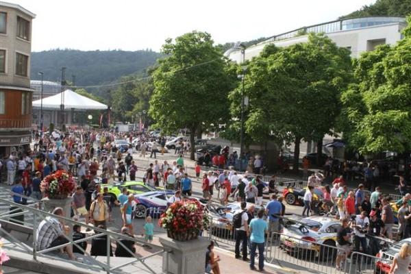 24-HEURES-DE-SPA-2013-Le-centre-ville-de-Spa-envahi-par-le-public-et-des-voitures-de-course-©-Manfred-GIET