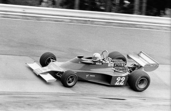 Chris AMON en 1976 au Nürburgring lors du GP marqué par le terrible accident de Lauda et où il décida de mettre un terme à sa carrière-© Manfred GIET