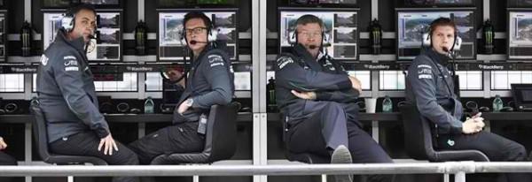 F1-2013-NURBURGRING-ROSS-BRAWN-et-le-STAFF-MERCEDES-le-long-du-muret-photo-DAIMLER-BENZ
