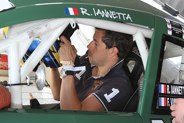 Romain IANETTA veille lui même à l'installation de la caméra Photo Gilles VITRY autonewsinfo