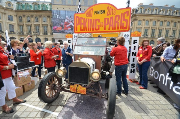 PEKIN-PARIS-2013-Equipage-IRLANDDAIS-Nicky-BAILEY-et-Australienne-NADIA-SARALAMI-Ford-T-1913