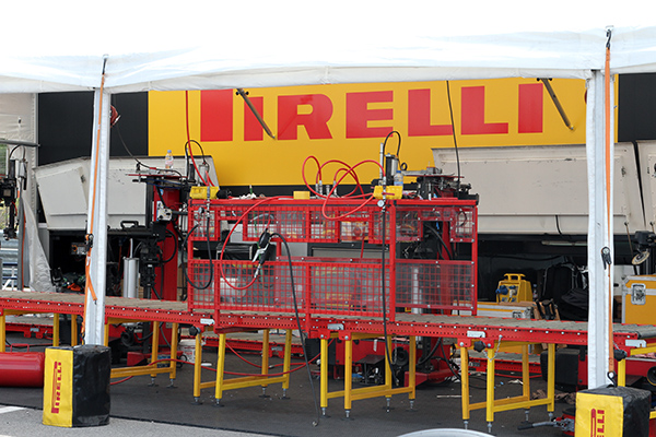PIRELLI-2013-Le-stand-de-montage-des-pneumatiques-Photo-Gilles-VITRY