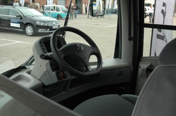 RIVE-2013-Poste-de-pilotage-central-pour-le-Moovill-qui-permet-au-conducteur-daoir-la-même-vision-à-droite-et-à-gauche-Photo-Patrick-Martinoli.