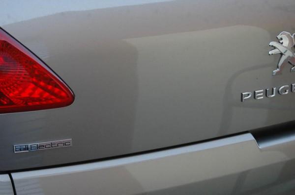 RIVE-2013-Un-logo-Full-Electric-tout-à-fait-inattendu-sur-une-3008-Photo-Patrick-Martinoli