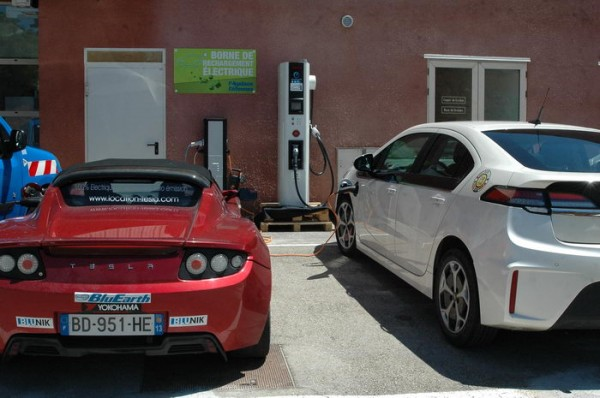 RIVE-2013-Une-Tesla-et-une-Opel-Ampera-passent-par-la-case-recharge-Photo-Patrick-Martinol