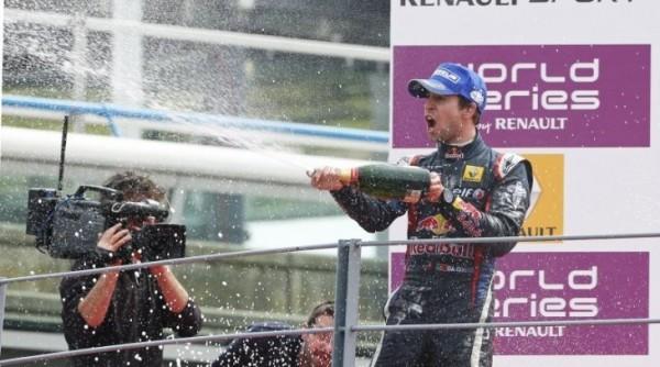 WSR-2013-MONZA-Podium-avec-le-vainqueur-ANTONIO-FELIX-DA-COSTA membre de la filiere Red Bull