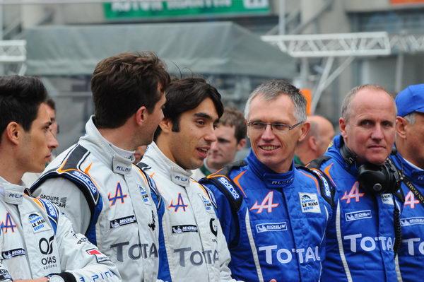 24-HEURES-DU-MANS-2013-CARLOS-TAVARES-le-patron-de-RENAULT-complice-avec-ses-pilotes-photo-Patrick-MARTINOLI