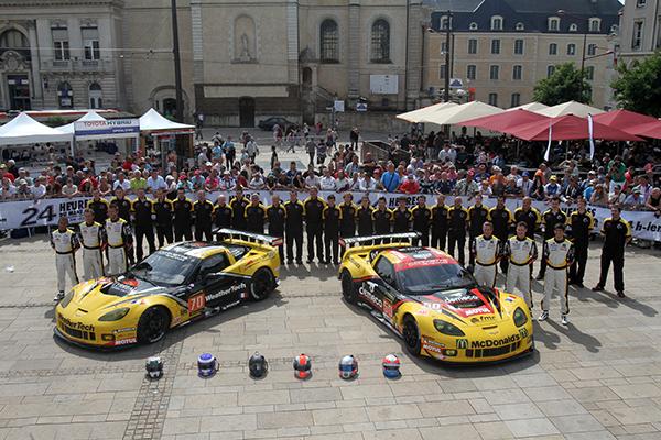 24-HEURES-DU-MANS-2013-Pesage-Les-deux-CORVETTE-du-Team-LARBRE-Competition-Photo-Gilles-VITRY-autonewsinfo.com