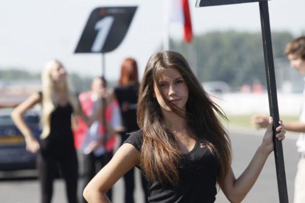 GT FIA 2013 SLOVAKIA Sourire de GRID GIRL.