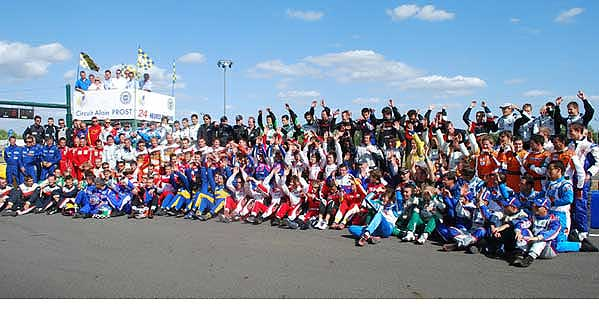 KARTING-Les-concurrents-avant-le-depart-des-24-H-du-Mans-2009-Photo-KART-MAG.