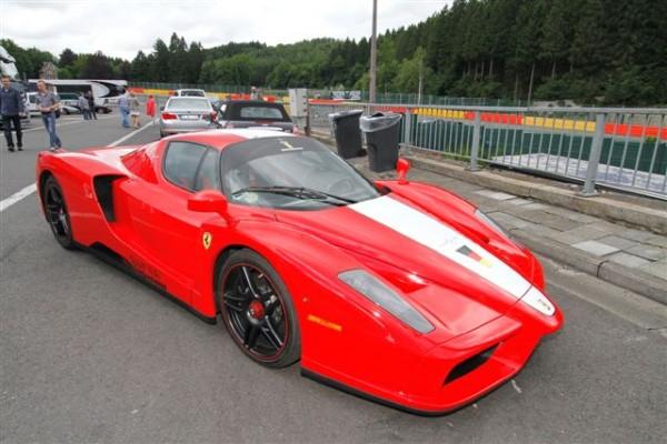 MODENA-DAYS-SPA-2013-Peu-chic-une-Ferrari-Enzo-à-côté-de-vulgaires-poubelles-©-Manfred-GIET.