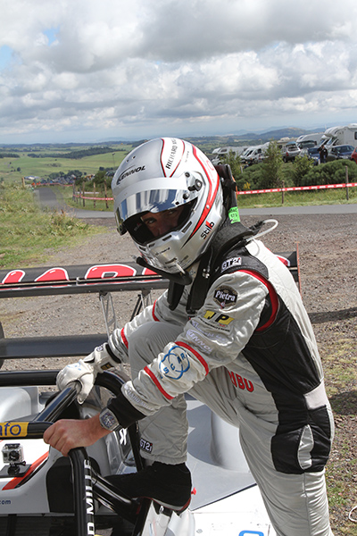 MONT-DORE-2013-Romain-DUMAS-devant-sa-NORMA-de-PIKES-PEAK-photo-Gilles-VITRY