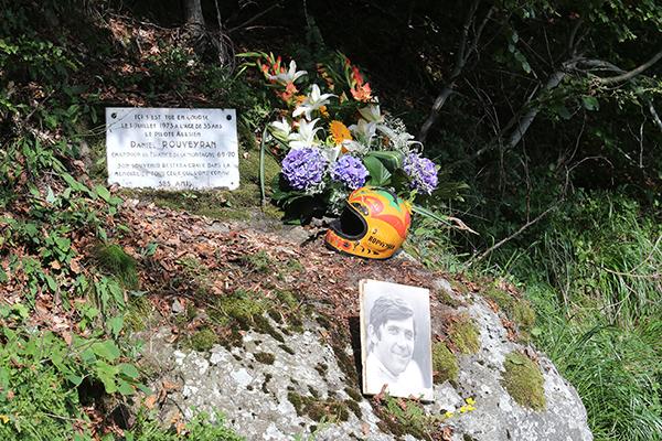 MONT-DORE-Plaque-en-souvenir-de-Daniel-ROUVEYRAN-avec-son-casque-Photo-Gilles-VITRY