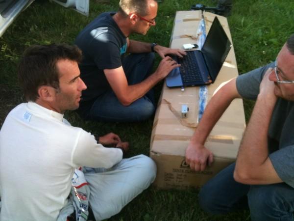MONTAGNE MONT DORE 2013 Romain DUMAS pilote officiel Porsche vainqueur des 24 H du MANS en totale décontraction avec les ingénieurs de NORMA.