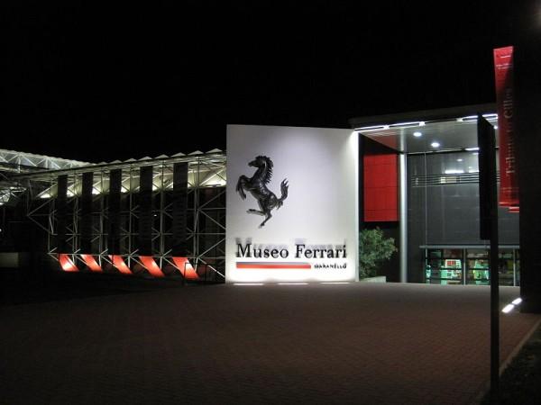 MUSEE-FERRARI-A-MARANELLO-entree-de-nuit-photo-Olivier-THIBAUD
