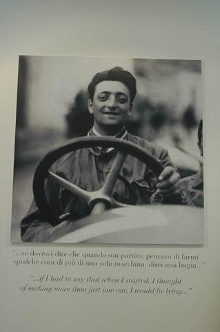 MUSEE-FERRARI-la-photo-Enzo-FERRARI-à-Fiorano-au-volant-dune-Alfa-Romeo-et-sa-citation-en-italien-et-en-anglais-Photo-Olivier-THIBAUD