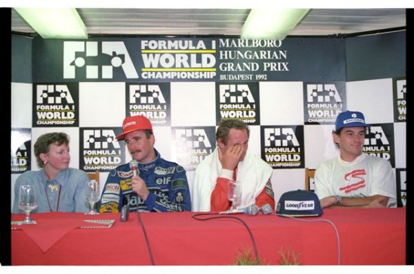 Nigel-MANSELL-GP-HUNGARY-1992-avec-Berger-Senna-et-Rosanne-à-la-conférence-de-presse-©-Manfred-GIET-