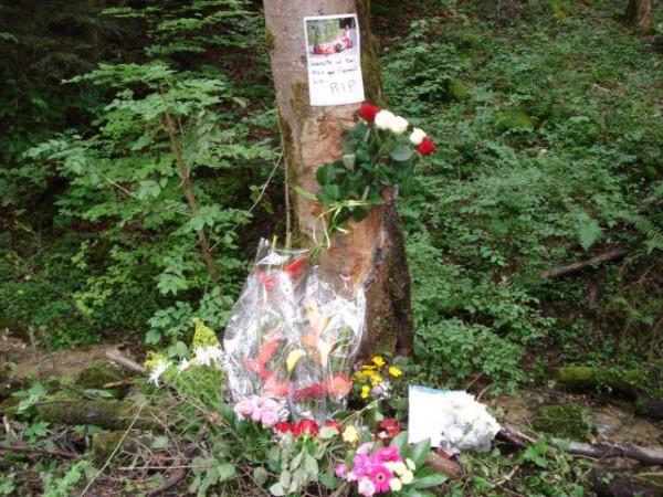Lionel REGAL-Gerbe-hommage-sur le lieu du drame à  Ste-Ursanne - photo L N autonewsinfo