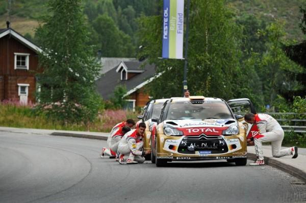 WRC-2013-FINLANDE-LES-PILOTES-DES-DS3-CITROEN-EN-LIAISON-VERIFIENT-LA-PRESSION-DES-PNEUS