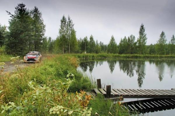 WRC-2013-FINLANDE-La-DS3-DE-HIRVONEN-AU-BORD-Dun-LAC