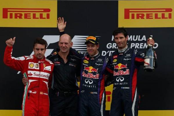 F1-2013-MONZA-Podium-VETTEL-vainqueur-entouré-de-ALONSO-second-et-WEBBER-3éme-avec-Adrian-NEWEY