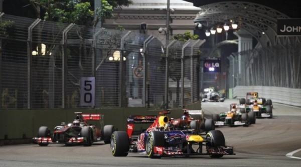 F1-2013-SINGAPOUR-VETTEL-devant-le-peloton